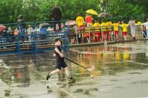 Юный хоккеист тренируется