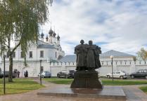 Памятник святым благоверным князю Петру и Княгине Февронии Муромским в Муроме.