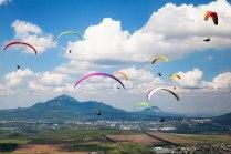 Цветные крылья среди гор