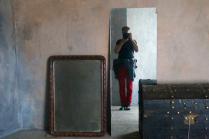 Автопортрет у зеркала в красных штанах и зелёных штиблетах
