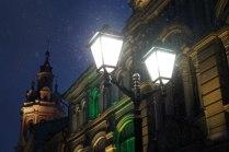 Ночной город освещается фонанрями