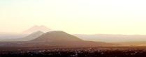 Подъемлясь к небу величаво, Гора из-за горы глядит.