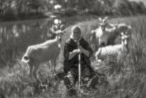 Клавдия Ивановна со своими козами на берегу реки Порусьи, объектив монокль.