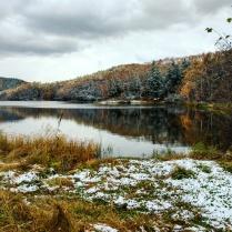 Первый снег на лесном озере