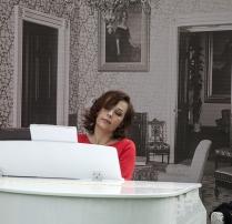Про жещину в красном и белый рояль