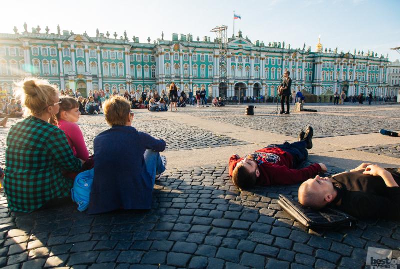Лежа на Дворцовой.