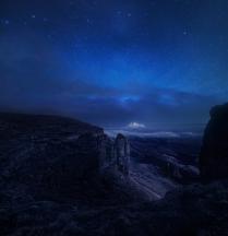 Спящий под светом луны седой Эльбрус.