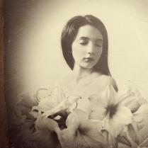 Актриса.  Портрет с лилиями.