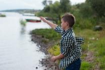 Летние счастливые моменты сына - игра в блинчики