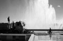 Поливалка у фонтана.