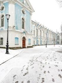Снежный Смольный в середине апреля