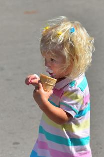 Девочка с мороженным.
