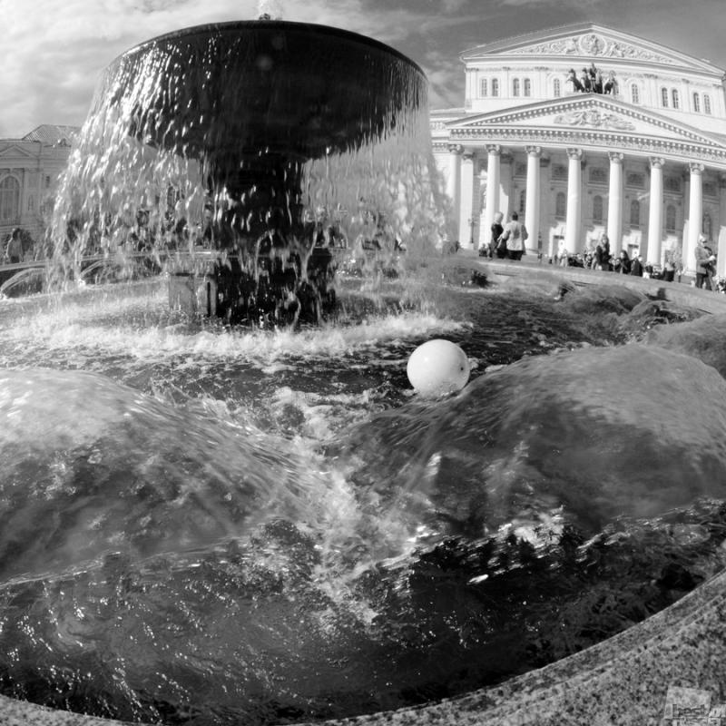 Шарик в фонтане