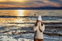 Девушка и закат на Байкале