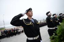 Солдат отдает честь во время возложения венков