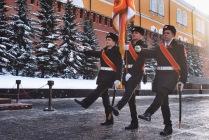 Прохождение торжественным маршем вдоль могилы Неизвестного солдата