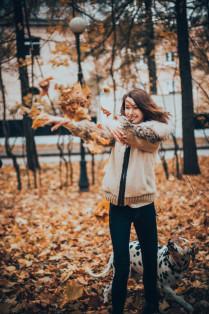 Девушка с листьями