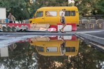 Отражение желтого автобуса