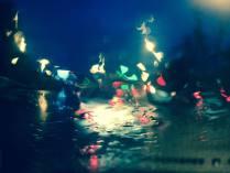 Дождь рисует на стекле