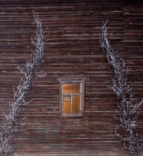 окно на старой улочке