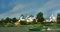 Вид на Ростовский кремль с озера Неро