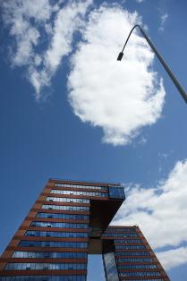 """Гуси""  технопарка на фоне неба с облаками"