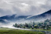 Вечерний туман над озером после дождя