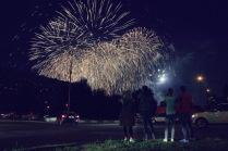 Жители Марьино смотрят первый салют фестиваля Ростех