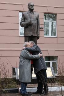 Открытие трехметровой скульптуры Владимира Жириновского в Москве
