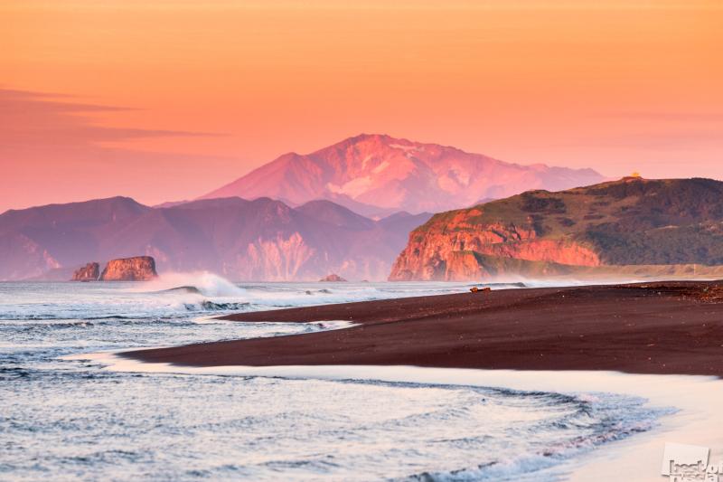 Восход солнца на Халактырском пляже, на заднем плане вулкан Мутновский