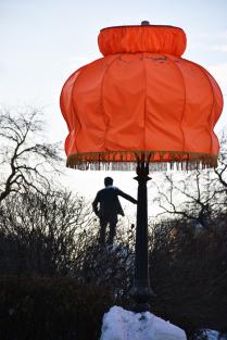 Яков Свердлов, в ожидании столетнего юбилея революции, опирается на фонарный столб.