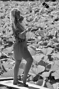 Селфи на фоне лотосов