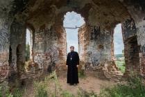 Отец Алексей в руинах Троицкого храма в селе Сухобузимское