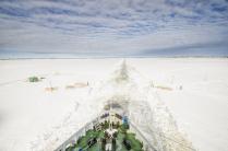 Ледокол расчищает судоходное русло на Северной Двине