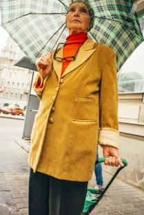 Пожилая леди с зонтом