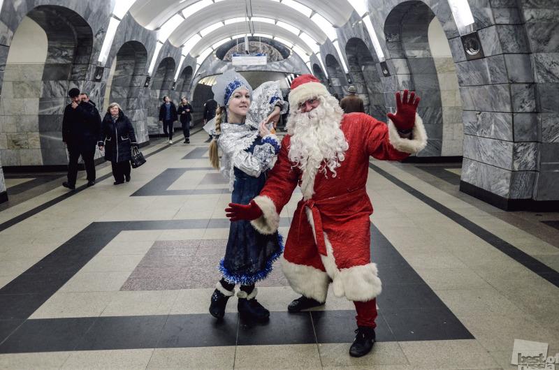 Дед Мороз и Снегурочка в метро