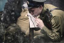 Актер целует письмо