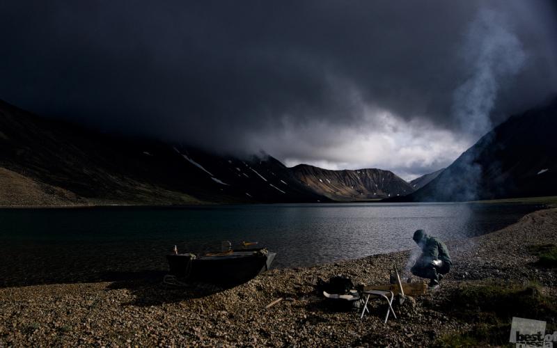 Геолог, лодка и костёр