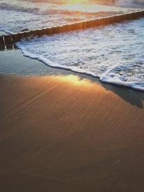 волна оближет берег