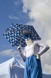 Клоун на фоне неба.