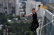 Слэклайнер Максим Кагин прошел по натянутой стропе между двумя небоскребами в Екатеринбурге