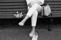 На скамейке женщина сидела...