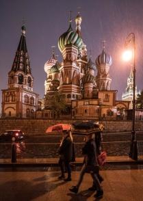Прохожие с зонтами