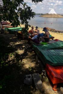 Отдых на берегу пруда