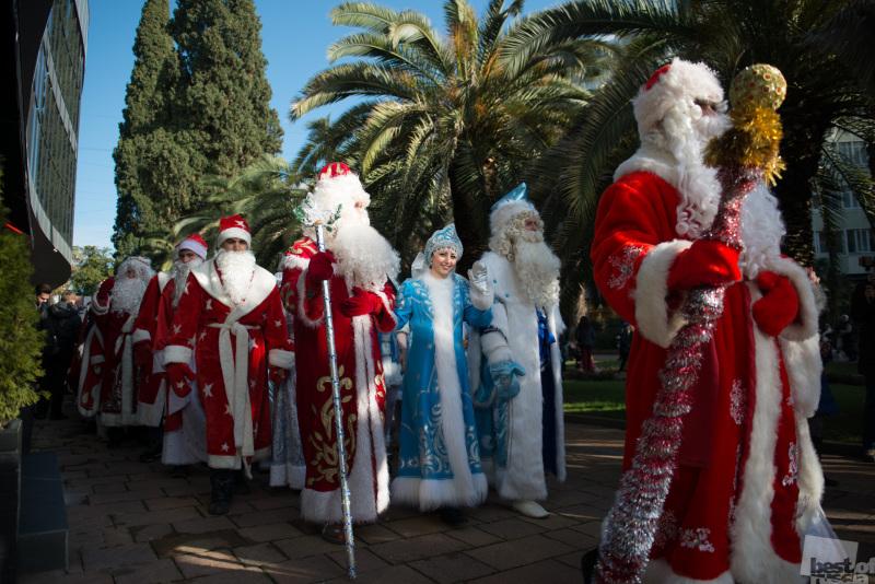 Праздничное шествие Дедов Морозов и Снегурочек