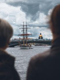 Корабль под алыми парусами