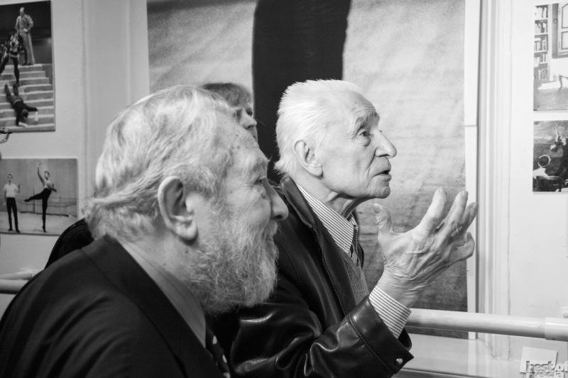 Юрий Григорович в Музее Бахрушина осматривает выставку в его честь