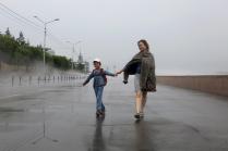 Две счастливые женщины, дождь, туман и ветер.