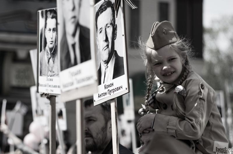 Девочка на параде Победы