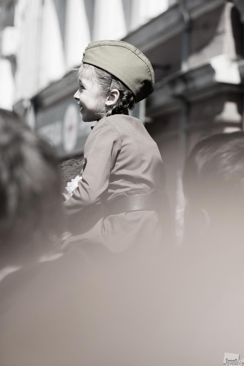 Радостная девочка на параде Победы